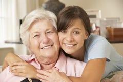 少年孙女参观的祖母在家 图库摄影