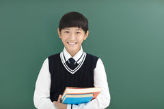 少年学生在黑板前的女孩立场 免版税库存照片