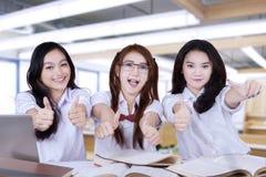 少年学生显示赞许的小组 免版税库存照片