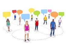 少年学生连接和五颜六色的讲话泡影 免版税库存照片
