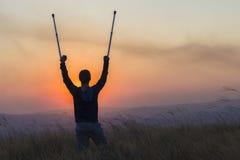 少年拐杖伤害日落 免版税库存图片