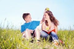 夏天画象,孩子用苹果 免版税图库摄影