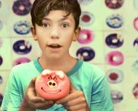 少年欧洲男孩用猪设计多福饼 免版税库存照片