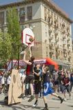 少年演奏在露天沥青地面的streetball 库存图片