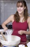 少年烘烤的女孩 免版税库存照片