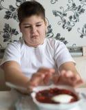 少年男孩不要吃汤 免版税库存图片