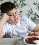 少年男孩不要吃汤 图库摄影