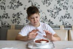 少年男孩不要吃汤 免版税图库摄影