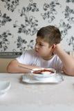 少年男孩不要吃汤 免版税库存照片