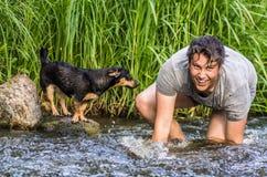 少年男孩和他的狗 免版税库存图片