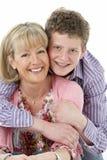 少年男孩妈咪纵向微笑的工作室 免版税库存照片