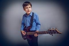 少年男孩欧洲出现的褐色头发 免版税库存照片