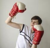 少年男孩没有袖子的一件白色衬衣的和拳击手套的 免版税库存照片