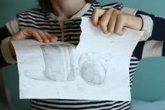 少年男孩泪花他的图画 免版税库存照片