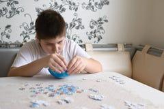 少年男孩从地球收集难题 图库摄影
