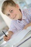 少年男孩画象在学校 免版税库存照片