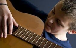 少年的吉他演奏员 库存图片
