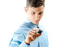 少年看集中了在白色隔绝的一个微芯片 免版税库存照片