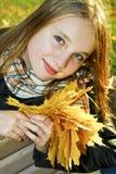 少年秋天的女孩 图库摄影