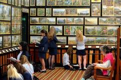 少年艺术系学生速写植物的艺术在Kew庭院画廊伦敦英国 免版税库存照片