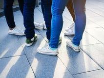 少年街道穿戴牛仔裤气喘和运动鞋 库存图片