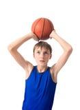 少年要投掷篮球的一个球 背景查出的白色 免版税库存图片