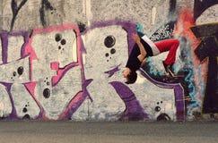 少年跳舞在街道上的霹雳舞 免版税库存图片