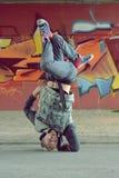 少年跳舞在街道上的霹雳舞 免版税库存照片