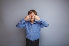 少年闭上的男孩白种人出现眼睛 免版税库存照片