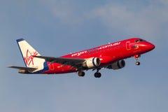 维尔京吹管航空公司打开方法的巴西航空工业公司ERJ-170-100LR ERJ-170 VH-ZHF对土地在墨尔本国际机场 图库摄影