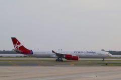 维尔京收税在NY的JFK机场的大西洋空中客车A340 免版税图库摄影