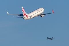维尔京澳大利亚航空公司波音737-800航空器离去的悉尼机场 库存照片