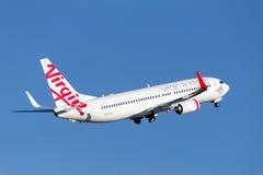 维尔京澳大利亚航空公司起飞从悉尼机场的波音737-800航空器 免版税图库摄影