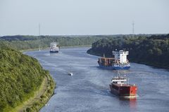 贝尔多尔夫-在基尔运河的一般货物船 图库摄影