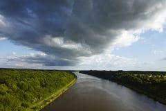 贝尔多尔夫-在基尔运河的架子云彩 库存图片