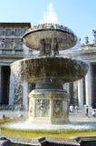 贝尔尼尼喷泉和罗马教皇的窗口,圣彼得广场 免版税库存图片