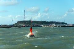 黑尔戈兰岛海岛在风大浪急的海面 图库摄影