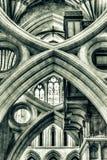维尔斯大教堂剪曲拱低角度HDR 库存照片