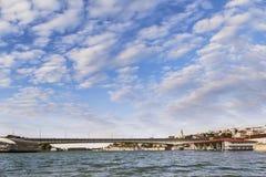 贝尔格莱德全景-有旅游口岸的Branko的桥梁在Sava Ri 库存图片