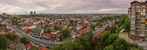贝尔格莱德有美丽的五颜六色的天空的都市风景全景 免版税库存图片
