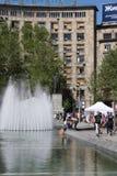 贝尔格莱德,塞尔维亚:4月16日 2017 - 有纪念碑和喷泉的科列夫Pasic广场是一个中央镇中心和都市 库存照片