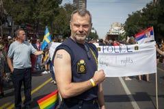 贝尔格莱德,塞尔维亚- 18日2016年:展示倾向于LGBT的人们在2016年贝尔格莱德同性恋自豪日期间 图库摄影