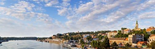 贝尔格莱德Kalemegdan堡垒和旅游船舶口岸在萨瓦河 库存照片