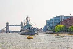 贝尔法斯特船和塔桥梁在泰晤士河在伦敦 免版税库存照片