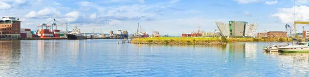 贝尔法斯特` s港口的全景有h的博物馆的 免版税库存图片