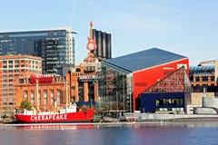 巴尔的摩,美国- 2014年1月31日:切塞皮克犬灯塔船和鳕鱼潜水艇在全国水族馆o前面被停泊 图库摄影