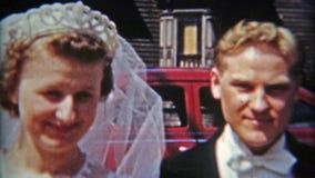 巴尔的摩,马里兰1942年:夫妇与留下汽车和愉快击退结婚 股票录像