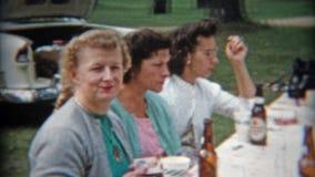 巴尔的摩,马里兰1942年:成人野餐饮用的啤酒瓶户外 影视素材