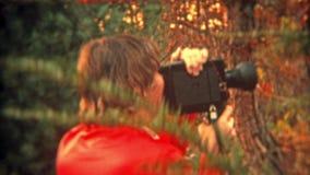 巴尔的摩,马里兰1973年:有超级8的妇女电影摄影师摄制照相机享受工艺的 股票视频