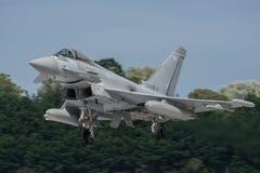 费尔福德,英国- 7月10日:台风航空器参加皇家国际空气纹身花刺飞行表演事件2016年7月10日 库存图片
